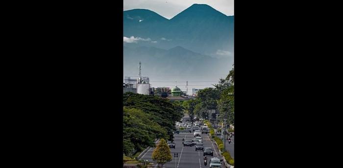 Dituding Foto Berlatar Gunung Pangrango Tempelan, Ini Penjelasan Ari Wibisono