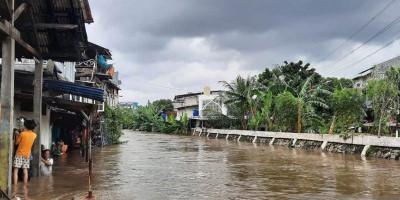 Dikepung Banjir, Raja Dangdut Bertahan di Rumah