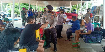 Cegah Covid-19, Polres Kepulauan Seribu Bagikan Masker untuk Wisatawan dan Warga