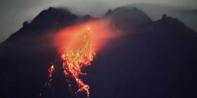 Gunung Merapi Terus Muntahkan Lava Pijar dan Awan Panas