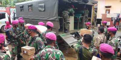 Lewat Dua Jalur, Marinir Terus Distribusikan Bantuan ke Korban Banjir di Bekasi