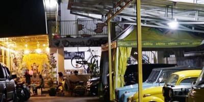 Uniknya Makan Ditemani Mobil-mobil Klasik di Cafe Dapoer Kafa