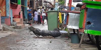 Warga Temukan Benda Mirip Mortir di Kali Cipinang