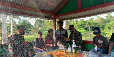 Prajurit Satgas Yonif 131 Ajarkan Pemuda Kampung Sawyatami Bikin Jala Ikan