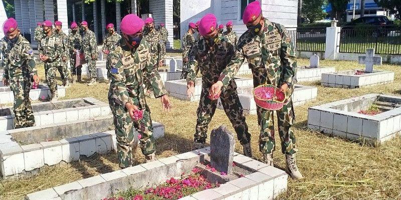 Prajurit Yonmarhanlan Vlll Bitung Laksanakan Ziarah Tabur Bunga Di Taman Makam Pahlawan
