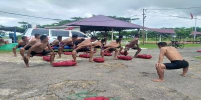 Tingkatkan Kemampuan Perorangan, Prajurit Yonmarhanlan XI/ Merauke Pasmar 3 Laksanakan Latihan Renang