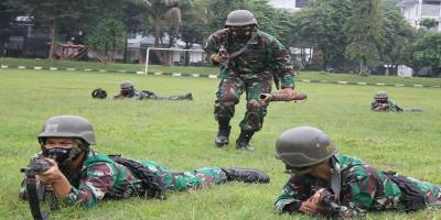 Prajurit Batalyon Zeni 1 Marinir Berlatih Penerobosan Lapangan Ranjau