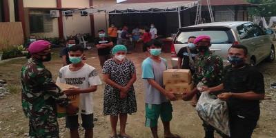 Prajurit Yonmarhanlan VII salurkan   bantuan sembako kepada para pengungsi korban badai siklon seroja di Kupang