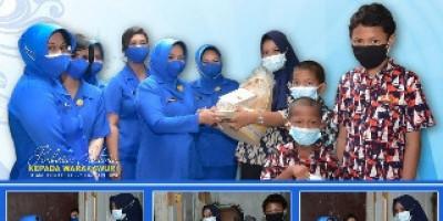 Jalasenastri Marinir Salurkan Bantuan Dharma Pertiwi Kepada Warakawuri