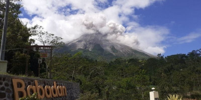 Gunung Merapi Muntahkan Awan Panas 2 Kilometer, Hujan Abu Terjadi di Cepogo