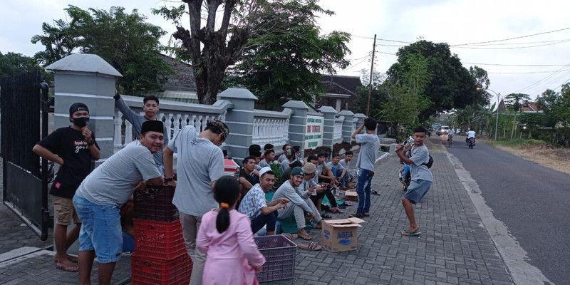 Berkah Ramadan, Pemuda Beras Ketan Berbagi Ribuan Takjil