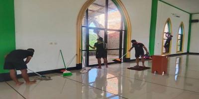 Jadi Rutinitas, Prajurit Kakatua Raja Sakti Kembali Bersihkan Tempat Ibadah