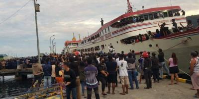 Jenazah Bupati Singihe Diturunkan dari Kapal, Disambut Lautan Manusia