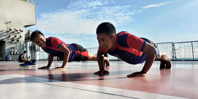Di Atas KRI Dr.Soeharso Prajurit Marinir Laksanakan Olahraga Dan Berjemur