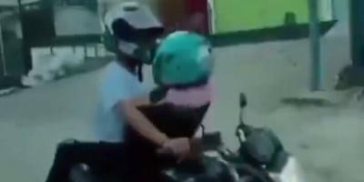 Viral, Sejoli Ini Diduga Berhubungan Seks di Atas Motor yang Melaju