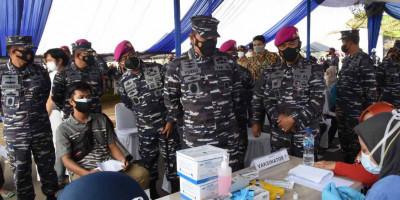Kasal Tinjau Langsung Serbuan Vaksinasi Terhadap Masyarakat Maritim di Markas Marinir Marunda