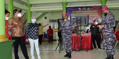 Prajurit Korps Marinir TNI AL Laksanakan Vaksinasi Covid-19 Untuk Masyarakat Maritim di Desa Pabean Sidoarjo