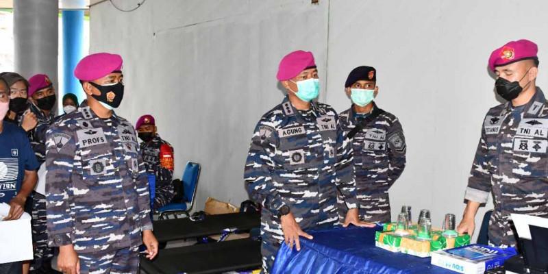 Wadan Pasmar 3 Tinjau Serbuan Vaksinasi TNI AL Kepada Masyarakat Maritim Di Pelabuhan Kota Sorong