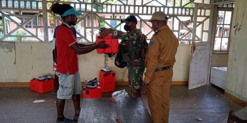 Satgas Yonif 751/VJS Hadiri Acara Pembagian Mesin Perahu untuk Enam Suku di Papua