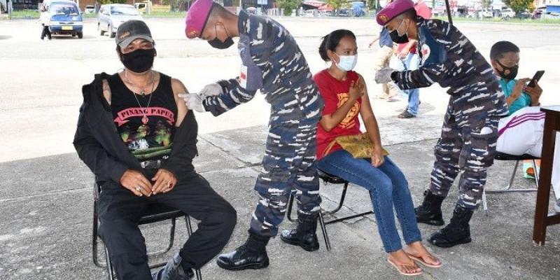 TNI AL Gelar Serbuan Vaksinasi Masyarakat Maritim di Kabupaten Sorong