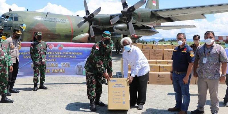 Panglima TNI Serahkan Bantuan Tabung Oksigen dan Alkes untuk Masyarakat Papua