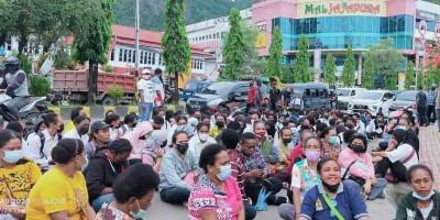Tidak Lulus, Ratusan Casis Bintara Noken Polri 2021 Berunjukrasa di Mapolda Papua