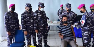 TNI AL Kembali Gelar Serbuan Vaksinasi Kepada Masyarakat Maritim Di Pelabuhan Umum Sorong