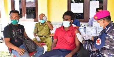 Ratusan Masyarakat Distrik Aimas Serbu Posko Vaksinasi TNI AL