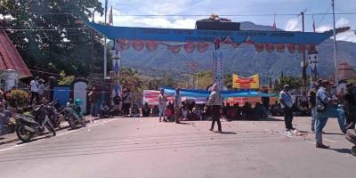 Massa Kepung Kantor Bupati Jayapura, Mathius Awoitauw Sembunyi, Kok Yang Muncul  Wakapolres?