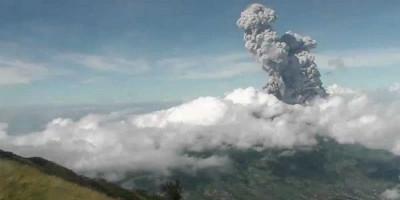 Gunung Merapi Muntahkan Abu hingga Selimuti 19 Desa di Magelang