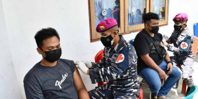 Pasmar 3 Bersama Unsur TNI AL Sorong Gelar Serbuan Vaksinasi Masyarakat Maritim