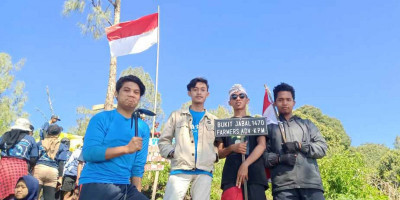 PMII Rayon Sunan Bonang Kibarkan Merah Putih di Puncak Gunung