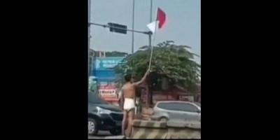 Pria Ini Nekat Kibarkan Bendera Merah Putih Hanya Pakai Popok Bayi, Viral!