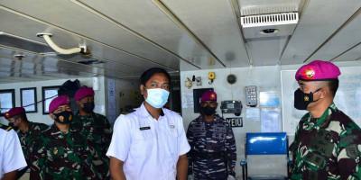 Komandan Pasmar 3 Tinjau Isolasi Terapung Kapal Motor Sirimau