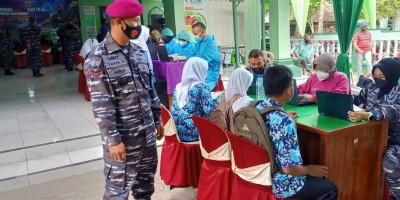 Prajurit Yonmarhanlan V Pasmar 2 Turut Mensukseskan Serbuan Vaksinasi Masyarakat Maritim