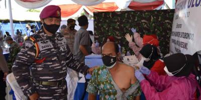 Prajurit Marinir TNI AL Puslatpurmar 5 Turut Dukung Vaksinasi Covid-19 Di Pondok Pesantren Miftahul Ulum