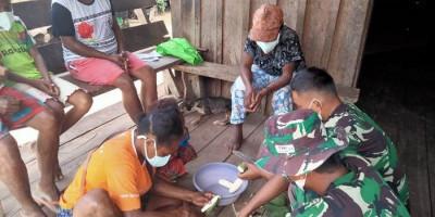 Berbagi Keterampilan di Tengah Pandemi, Satgas Yonif 512/QY Ajak Masyarakat Olah Pisang Jadi Makanan Ringan