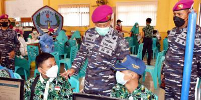 Pasmar 2 Korps Marinir Laksanakan Serbuan Vaksinasi di SMP Negeri 1 Sedati