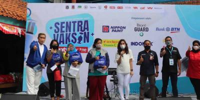 Bakrie Amanah Bagikan Sembako di Sentra Vaksin ANTV & tvOne