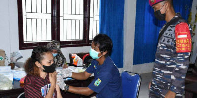 Mahasiswa dan Pelajar Sorong Jadi Target Serbuan Vaksinasi Maritim Korps Marinir TNI AL