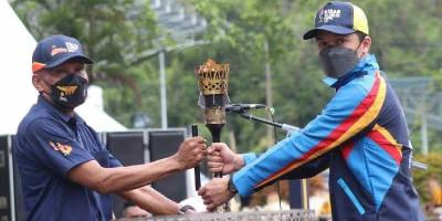 Mantan Atlet Taufik Hidayat Serahkan Obor Api PON XX Papua kepada Walikota Jayapura