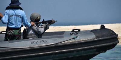 Pasukan Elite Bakamla Latihan Menembak Reaksi di Atas RHIB