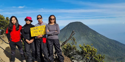 Sempat Terpapar Covid-19, Suciwarni Masih Kuat Mendaki Gunung Gede di Usia 63 Tahun