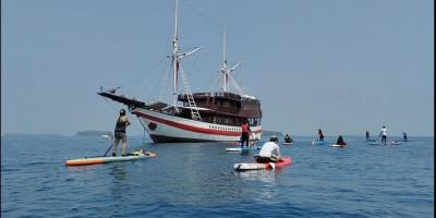 Bermain Stand Up Paddle, Menikmati Indahnya Pulau Papatheo