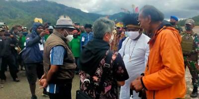 Ribuan Masyarakat Intan Jaya Sambut Kedatangan Uskup Timika