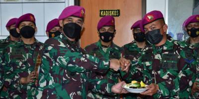 Peringati Hari Kesehatan TNI AL, Kadiskes Kormar Potong Tumpeng