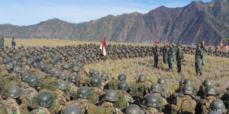 Kasal Didampingi Dankormar Bersama Siswa Dikko  Sebrangi Lautan Pasir Gunung Bromo