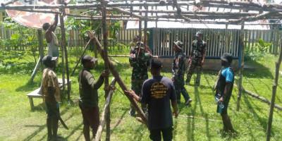 Laksanakan Kerja Bakti, Satgas Yonif RK 751/VJS Bangun Pondok Peresmian Gereja