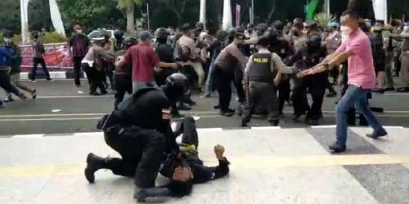 Oknum Polisi yang Banting Mahasiswa Demo di Tangerang Minta Maaf, Begini Katanya
