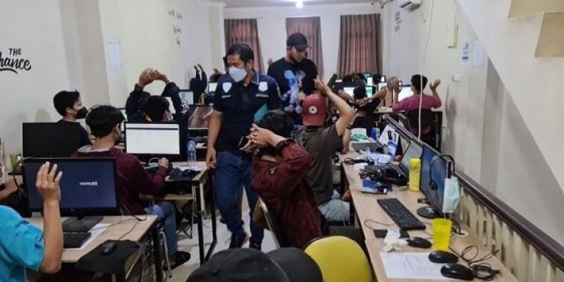 Polisi Gerebek Kantor Pinjol Ilegal di Jakbar, Puluhan Karyawan Diamankan